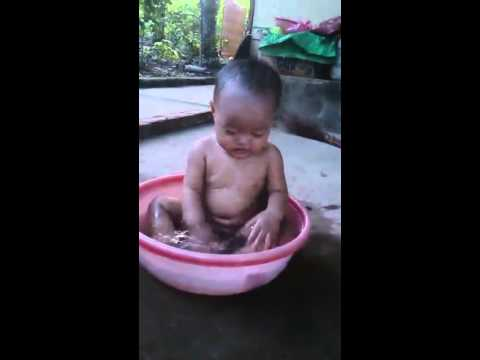 travel : Baby water play